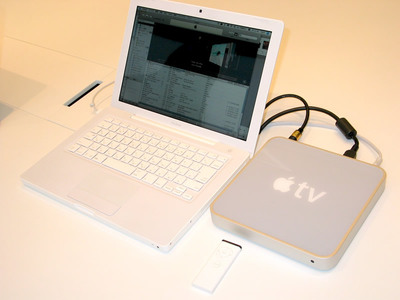 写真1 Apple TV本体とリモコン,MacBook