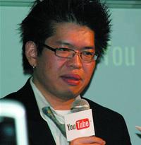 スティーブ・チェン氏は,さまざまなビデオを流しながら,YouTubeのこれまでの歩みを振り返った。
