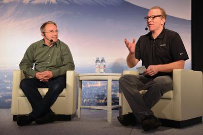 """LinusとDirk Hohndel氏といえば「LinuxCon Japan」の""""2人放談""""を思い出す人も多いのでは? この写真は2016年の「LinuxCon Japan」での2人。Subsurface開発でも息の合ったコンビとして活躍している。"""
