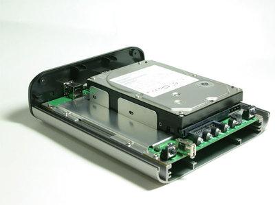 TS-109 ProにHDDを取り付けるにはケースを外してセットする