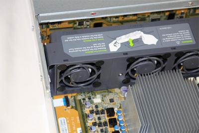 HDDとCPUを冷却するファンユニット。交換も容易なので,故障の際にも迅速に作業できます