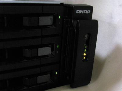 稼働時にはフロントパネルの右にあるインジケータが光でサーバの状態を知らせます