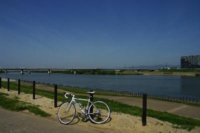 写真4 淀川河川公園枚方にて。このあたりは道も広くてのんびり走れる