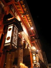 たくさんの人が集まってくる鷲神社の鳥居
