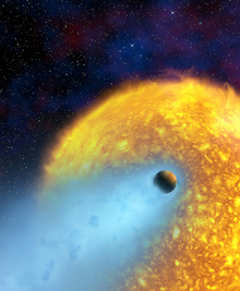 異形の惑星「ホットジュピター」のひとつ 巨大ガス惑星であるHD209458b。ハッブル望遠鏡の観測で,大気は宇宙空間に流れ出ていることがわかった。恒星に近いため,水素などの軽い原子が彗星のように尾を引いていると考えられる。(『宇宙は地球であふれている』より。提供:ESA/AlfredVidal-Madjar/NASA)