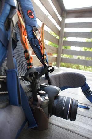 ショルダーハーネスにカラビナと登山用ストラップを装着。カメラが床から浮いているのがわかるだろうか