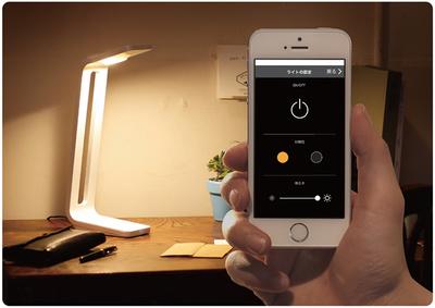 LEDのデスクスタンドとしても使うことができ,明るさなどはiPhoneから調節できる