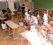 昔ながらの教室で,みんなで楽しくお弁当を