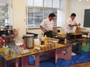 本校舎には臨時の購買部も。11月末の寒い時期ということもあり,おしるこやモツ鍋が好評だったとのこと