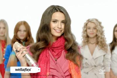 図1 一人だけがWella flexを髪に吹き付ける