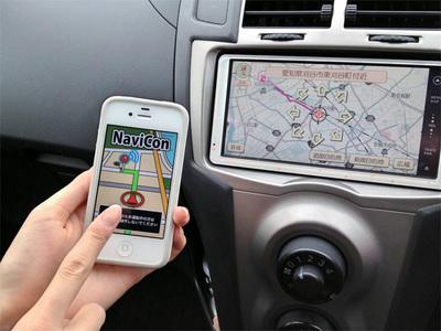 デンソーが提供している「NaviCon」。Bluetoothでカーナビと接続することで,スマートフォンからカーナビの地図を操作したり,目的地を設定できる