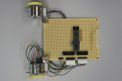 図1 前回の基板と今回の比較。こちらは前回。PICのチップと紫外線LEDが並んでいるだけです。