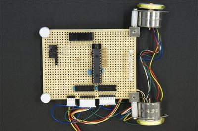 図2 今回は車輪の車輪(モーター)の位置を変え,LEDの反対側に光センサを配置しました。これがテープの位置を判別します。