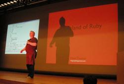 写真1 RubyKaigiでRubyへの愛にあふれる講演をするDave Thomas(写真:島田浩二)