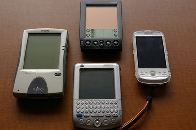 図1 想い出のマシン達とHT-03A。上から右回りで,IBM WorkPad,ご存知HT-03A,Palm Tungsten C,PHILIPS nino