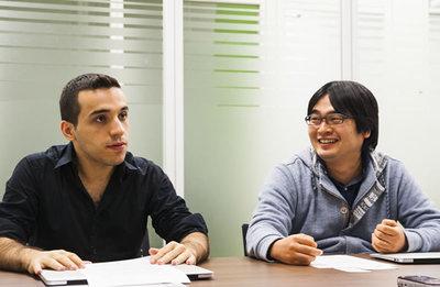 写真3 開発中のリアルタイムメッセージ共有システムについて語るマリオ氏と西尾氏