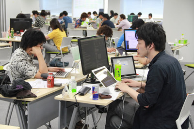 写真3 新卒はルーキー部門,中途入社はエキスパート部門で,エンジニアとしての腕を競った「TOTEC 2014」。それぞれの参加者は,優勝を目指して真剣な眼差しで取り組んでいた。TOTECとは,Top Of The Engineer Competitionの略