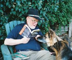 犬に本を読み聞かせるジェラルド・M・ワインバーグ氏