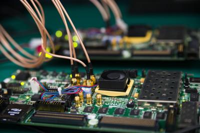 写真4 評価基板はXilinx製ZC706で,FPGAにエンコーダとデコーダがインプリされている。実際のシステムにどのような形でFPGAを組み込むかは現在検討中とのこと