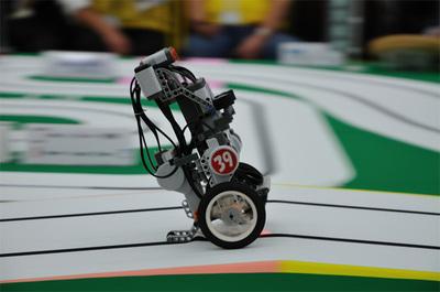 スピードを上げ疾走するロボット