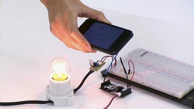 iPhoneを持った人物が近づくと作動する電球や扇風機