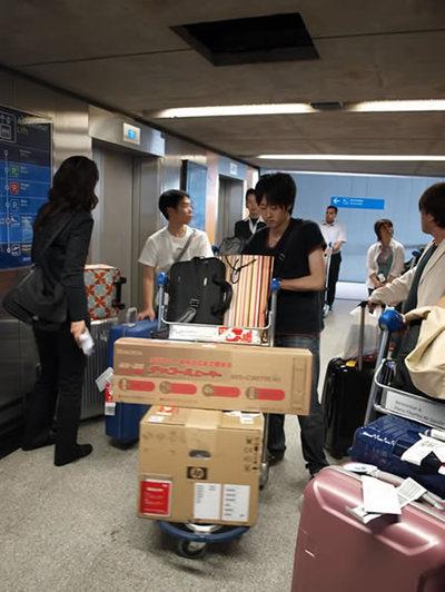 写真2:プレゼンに使うヒーターなど,荷物がいっぱい