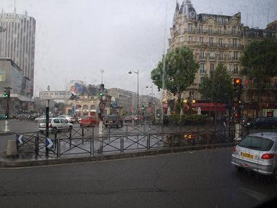 写真3:ホテルへ向かうバスの車窓から。雨が降っていました