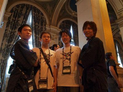 写真3:松下君と中島君はImagine Cup Tシャツ,加藤君と前山くんは甚平姿で。「SAMOURAI!」と声をかけられていました