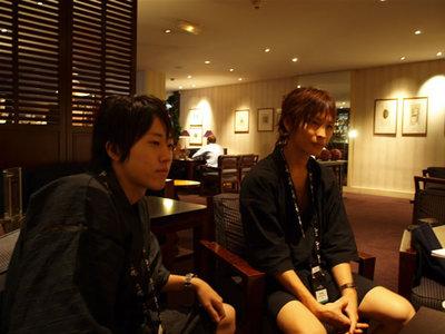 写真3:インタビュー開始からしばらくして,カフェの前を通りかかった加藤君と中島君も加わってくれました