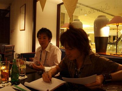 写真1:夕食後,ホテルのカフェで小板先生にインタビュー