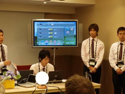 インタフェースを担当したのは(この写真でPCを操作中の)中島君です。中島君のセンスに脱帽!
