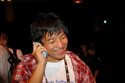 写真1:日本で待つ両親に,受賞報告の電話をする高橋君