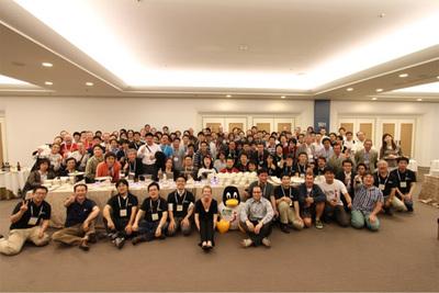 LinuxCon Japan 2011のClosing Partyより,参加者とスタッフの集合記念写真