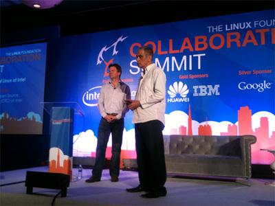 Collaboration Summit基調講演の模様,左はご存じLinux FoundationのExecutive Director,Jim Zemlin氏,右はインテルOpen Source Technology Center (OTC)ディレクターのImad Sousou氏