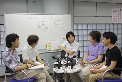 ニコニコ動画のシステム構成について説明する,福冨さん(一番右)