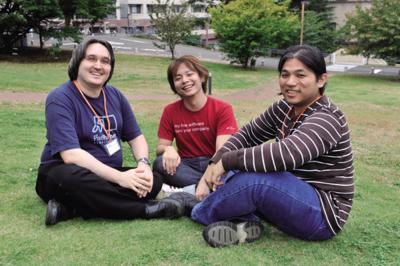 左から,Marc Lehmann(MLEHMANN)さん,松野徳大(TOKUHIROM)さん,劉康民(GUGOD)さん