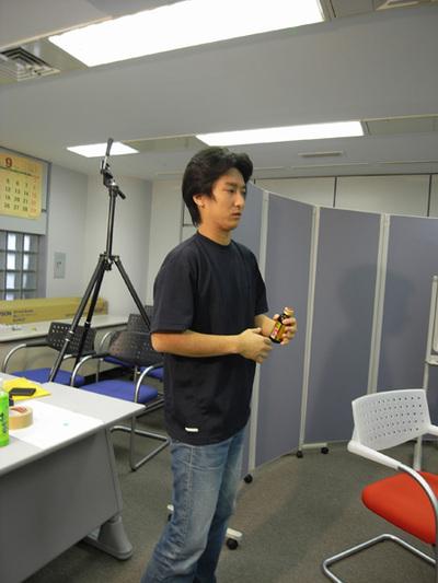 仕事で疲れ気味の和田氏は栄養ドリンクで活力チャージ