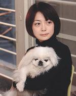 取締役でデザイナーの高岡桃子さんと,愛犬のあめちゃん(写真:上松尚之)