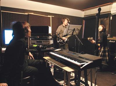 遠崎さんはギターボーカル,高岡さんはベース(写真:上松尚之)