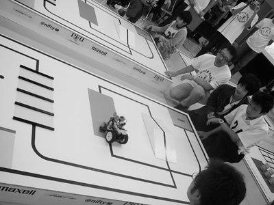 数々の難関コースに挑戦する車型ロボット