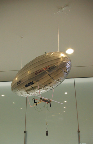 飛行船はヘリウムガスで浮いていますが,動かないように天井から紐で固定しています(写真:編集部)