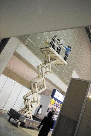 ESEC会場内の撮影では,ゴンドラで5メートルの高さまで上がりました。