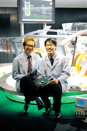 佐藤さんが持っている基板は岩井さんデザインとのこと。