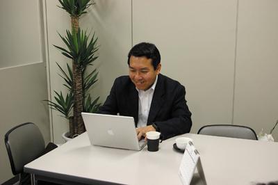 撮影合間の一休憩。高田先生はMacご愛用のようです。