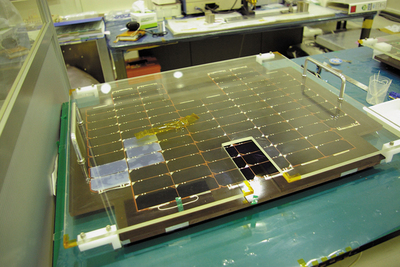 開発中の人工衛星に付けられる太陽電池パネル。