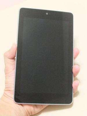 Nexus 7を手に持った時の様子。何とか片手で持てるサイズ