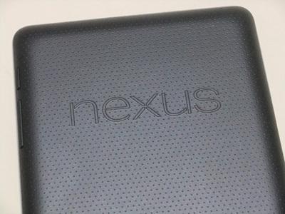 Nexus 7の背面。ラバーコーティングが良い滑り止めになっているが……
