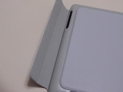 本体に巻き付ける感じでフタを閉める。フタの端は磁石で留まる