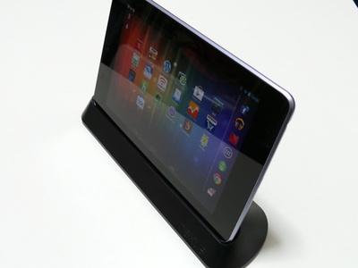 Nexus 7をドッキングステーションを置いた様子