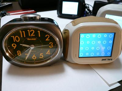 目覚まし時計とchumbyは,同時に見てみると実は全然違うのです。